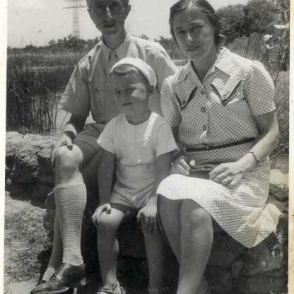 הדודים אמה ויצחק ישונסקי, תל אביב 1946