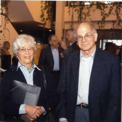 עם דני כהנמן, חתן פרס נובל, בהרצאה ליום השנה הראשון למוניקה 2004