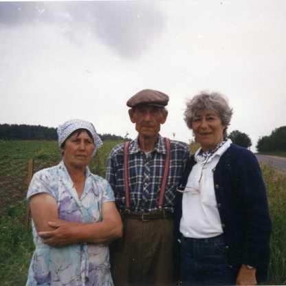 כפר וואקה, עם פועל במפעל שאבא ניהל ובת האומנת שלנו, 1991